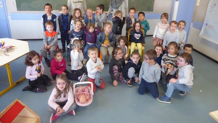 Les 3-5 ans encadrés par Aurélieet Pauline ont réalisé des masques animaux avec des assiettes en carton.