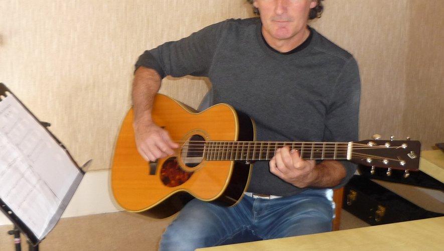 Michel Bézelgues, un prof de guitare qui a fait ses preuves dans de grands spectacles, au service des enfants de la MJC.