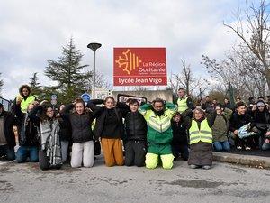 Quelques dizaines de lycéens, soutenus par des gilets jaunes se sont symboliquement agenouillés devant la sous-préfecture de Millau et le lycée Jean-Vigo.