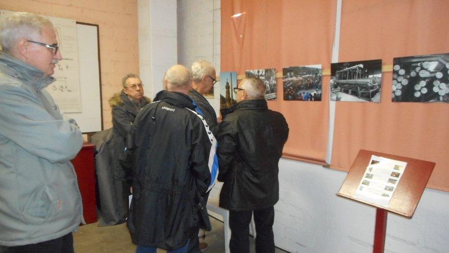 Des anciens sidérurgistes viennent se reconnaître sur les photos exposées.