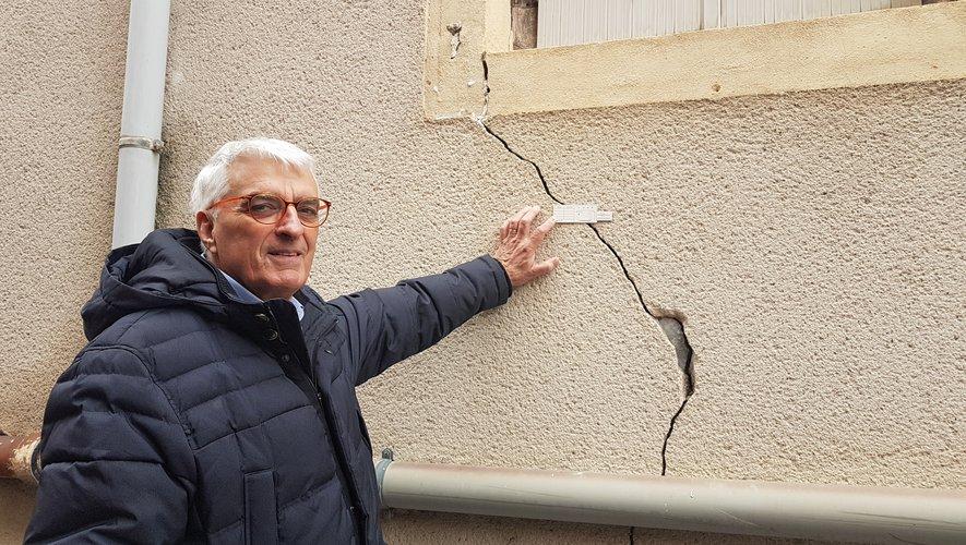 Alain Nayrac montre les fissures qui marquent l'immeuble du 19 bd Richard.