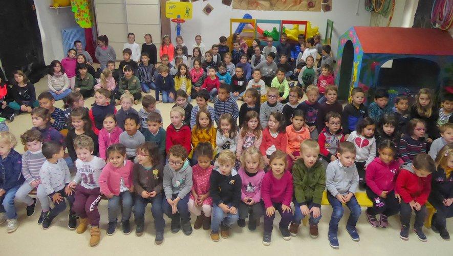 Les enfants réunis attendentle spectacle.