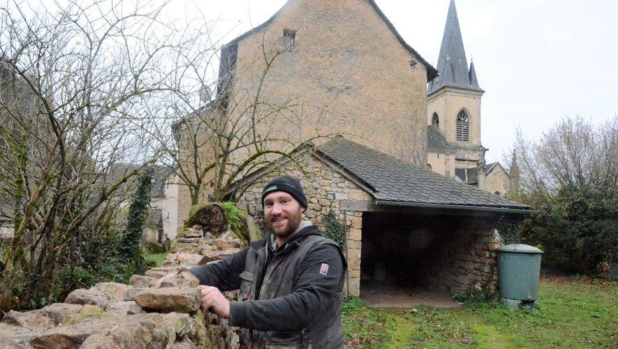 Maxime Solignac termine son chantier de reprise d'un mur en pierres, à proximité de presbytère de Salles-la-Source pour le compte de la mairie.