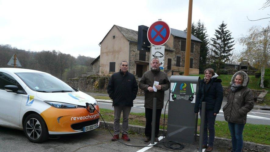 Mise en route de la borne de recharge de véhicules électriques avec les élus et le personnel du Sieda.