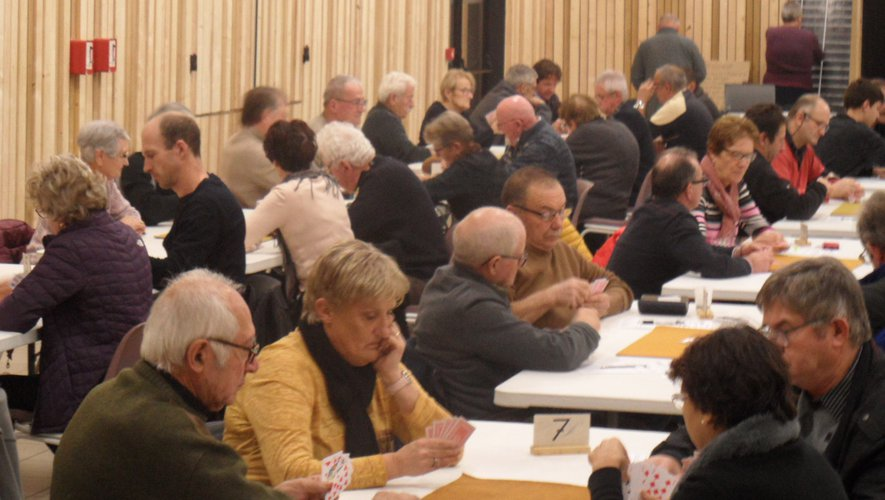 Concours de belote dans une salle des fêtes relookée