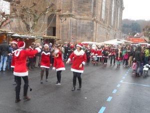 Le village de Noël sera animé et joyeux.