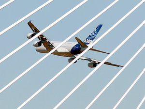 Un Airbus A380 survolant le viaduc de Millau.