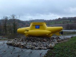 Un sous-marin jaune posé sur le rond-point situé sur la route d'Estaing.