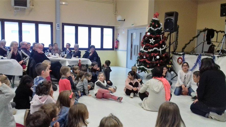 Les enfants de la Grange présentent  leur spectacle aux aînés.