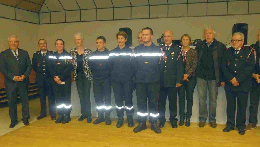 Les personnalités invitées et les sapeurs-pompiers d'Entraygues.