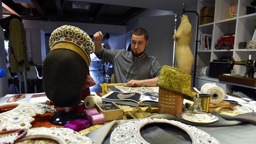 """A 35 ans, Youkhan Nikadimus a décidé de se consacrer à la création de """"kokochniki"""", des coiffes traditionnelles issues du folklore russe"""