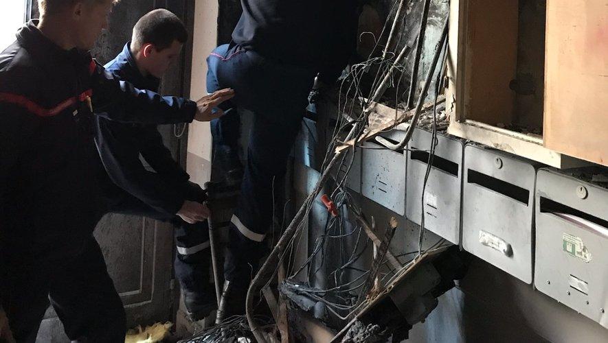 Le feu a pris dans la nuit de vendredi à samedi, au niveau des compteurs électriques installés dans l'entrée de l'immeuble, rue des Cordeliers à Millau.