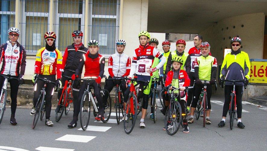 Les cyclistes avec leur jeune mascotte.