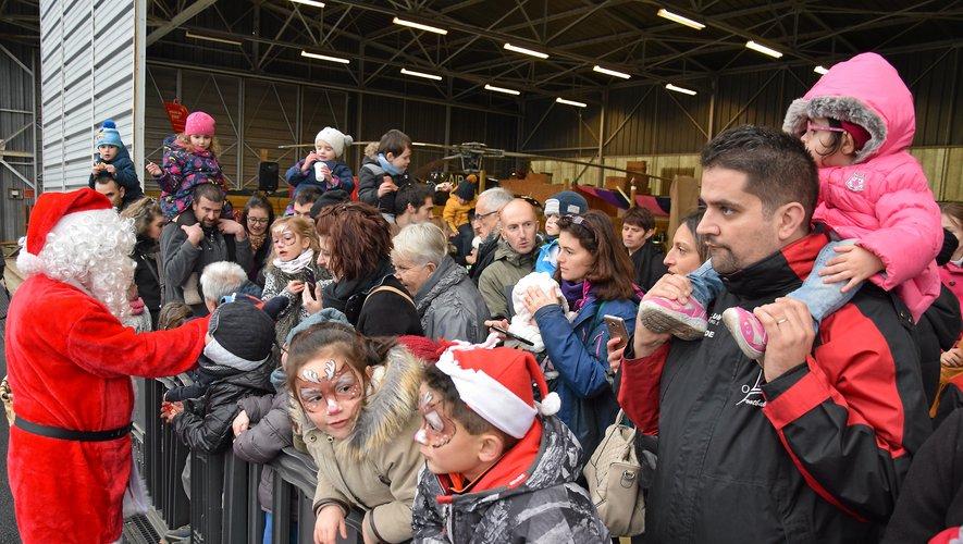 """De nombreux enfants ont accueilli samedi après-midi ce père Noël """"moderne""""."""