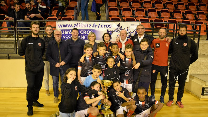Déjà sacrés en 2017, les U11 de Toulouse JS, spécialistes du futsal, ont conservé leur titre. Le trophée leur a été remis par Sylvie et Daniel, les parents de Charles Romulus, et par son frère Thibaut. Sous les yeux des organisateurs de cette 17e édition qui a été une totale réussite.