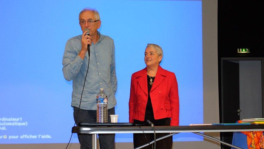 André Saint-Hillaire, membre d'Itinéraires Découvertes, présente Gisèle Froment, hypno thérapeute de Lissac-et-Mouret dans le Lot, au public de la Doline.