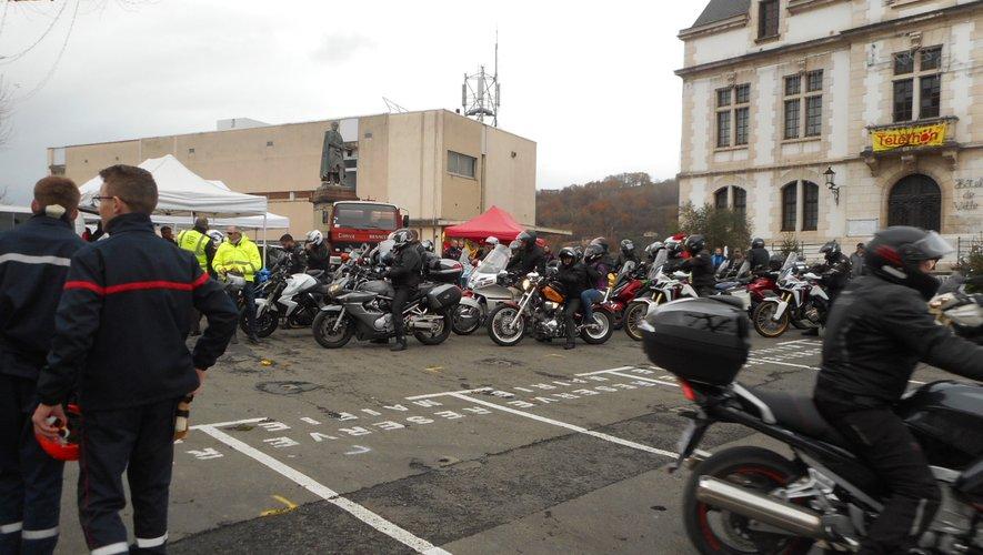 De nombreuses motos ont envahi le haut de la place Decazes.