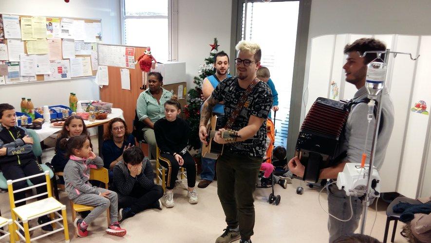 Le groupe Duo à deux a animé le goûter de Noël des jeunes patients du service pédiatrie de l'hôpital de Rodez.
