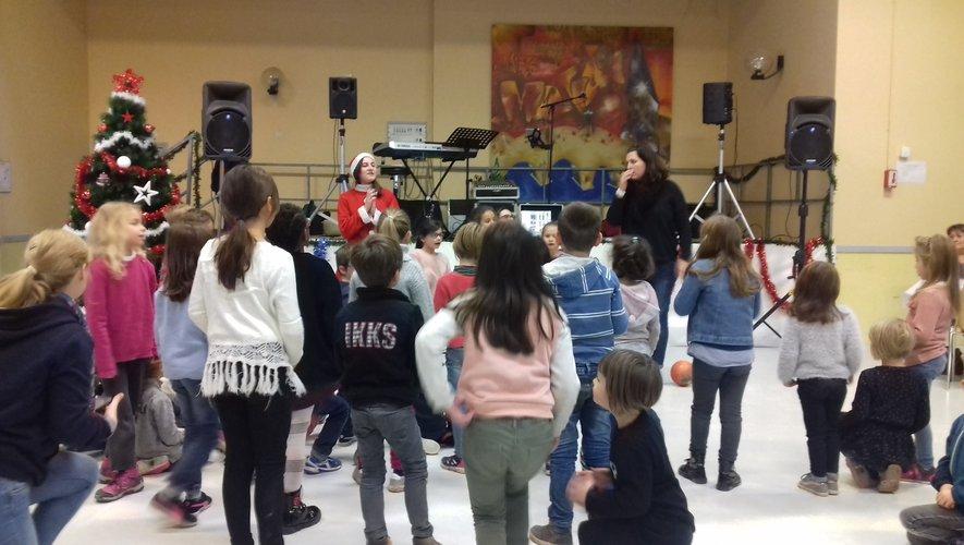 Les enfants de la Grange aux enfants du Monastère chantent Noël.
