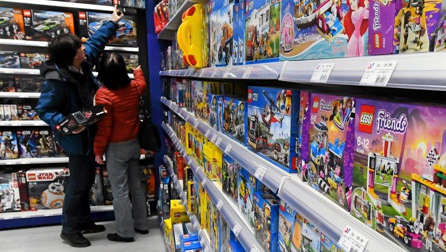Les petits Aveyronnais admirent les jouets que le père Noël pourrait leur apporter le soir de Noël.