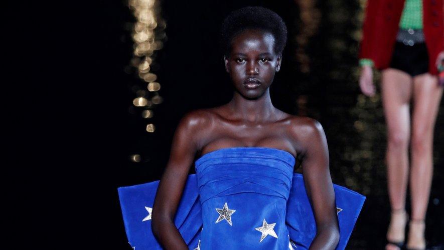 """Adut Akech est élue """"Mannequin féminin de l'année 2018"""" par l'industrie de la mode, selon Models.com."""
