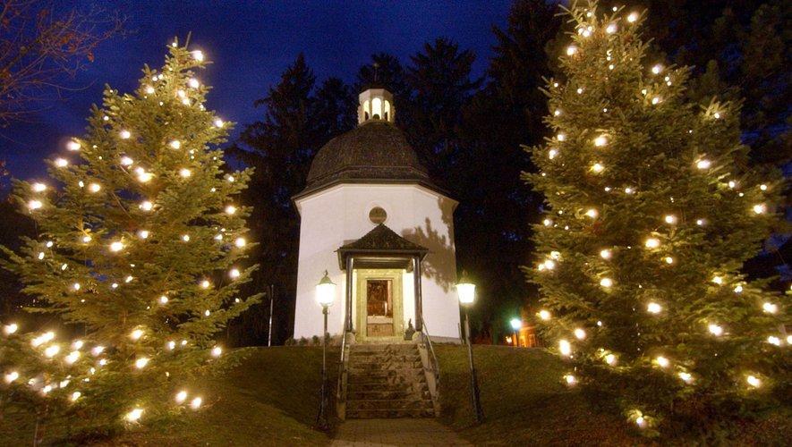 """Cet anniversaire culminera pour la veillée de Noël lorsque la mélodie """"Stille Nacht, heilige Nacht"""" sera entonnée autour de la chapelle du village d'Oberndorf, près de Salzbourg"""