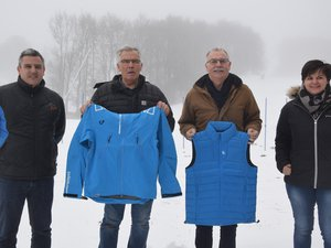 Vincent Daniel, à gauche, nouveau chef de la station de Laguiole avec les élus et Séverine Dijols, directrice de l'office du tourisme, présentant la tenue  pour la saison 2018-2019.