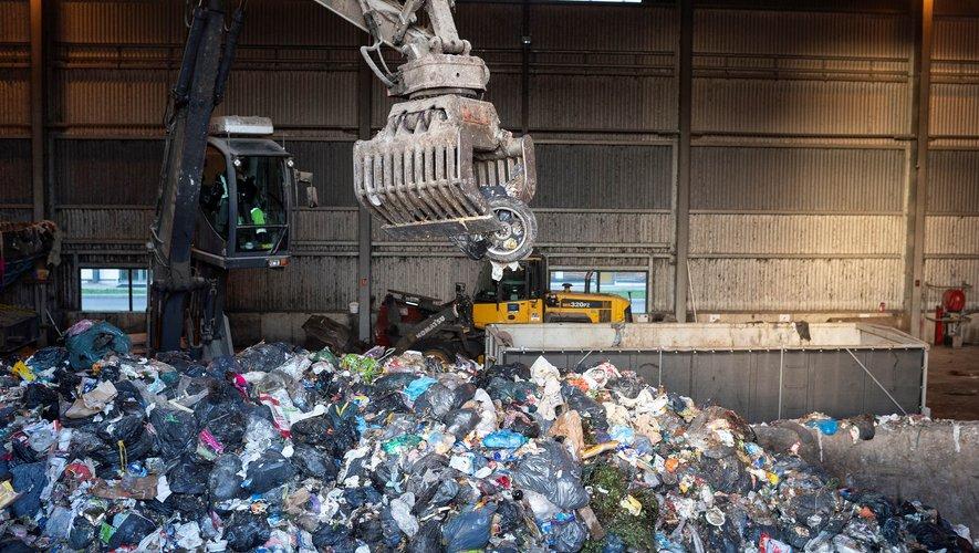 Dans une usine de la périphérie de Chagny, en Saône-et-Loire, 300 tonnes d'ordures ménagères sont déchargées chaque jour pour être transformées en biogaz