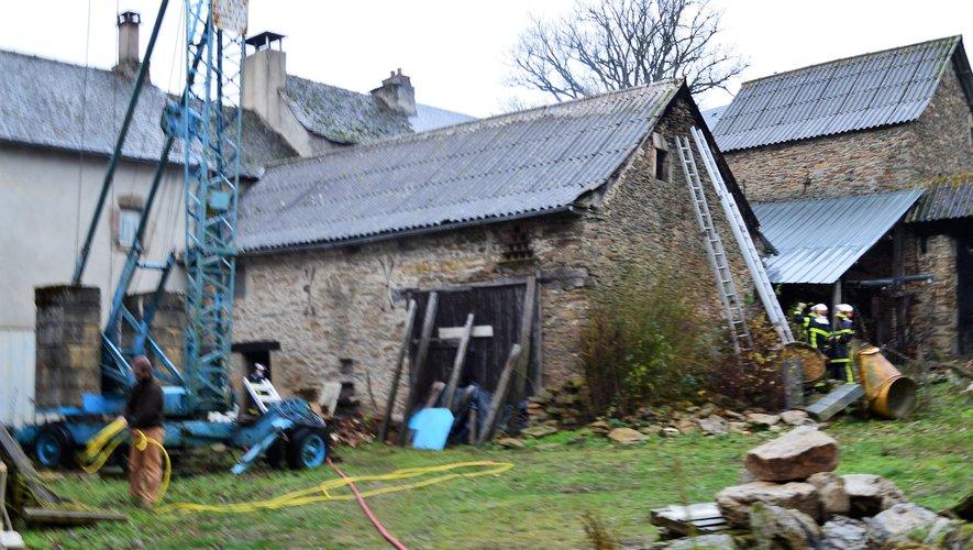 La bâtisse est située au centre du hameau de Carcenac-Peyralès.