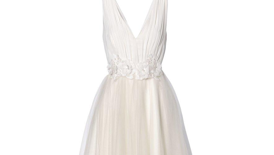 La robe décolletée sans manche, jupon en tulle et ceinture fleurie de C&A (179,90€).