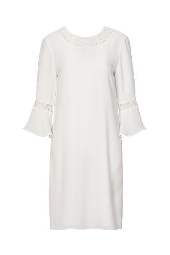 La robe courte détails en dentelle, manches ¾ évasées de C&A (59,90€).