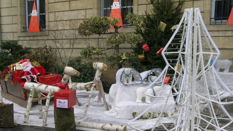 Le père Noël a garé  son traîneau devant l'hôtel de ville