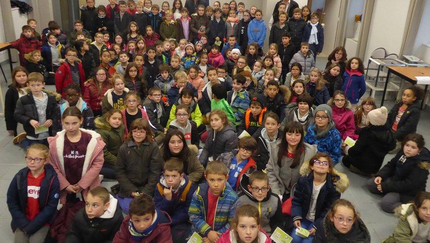 Les enfants des quatre écoles ayant participé à l'élection réunis autour du maire Jean-Philippe Sadoul et de Florence Petit.