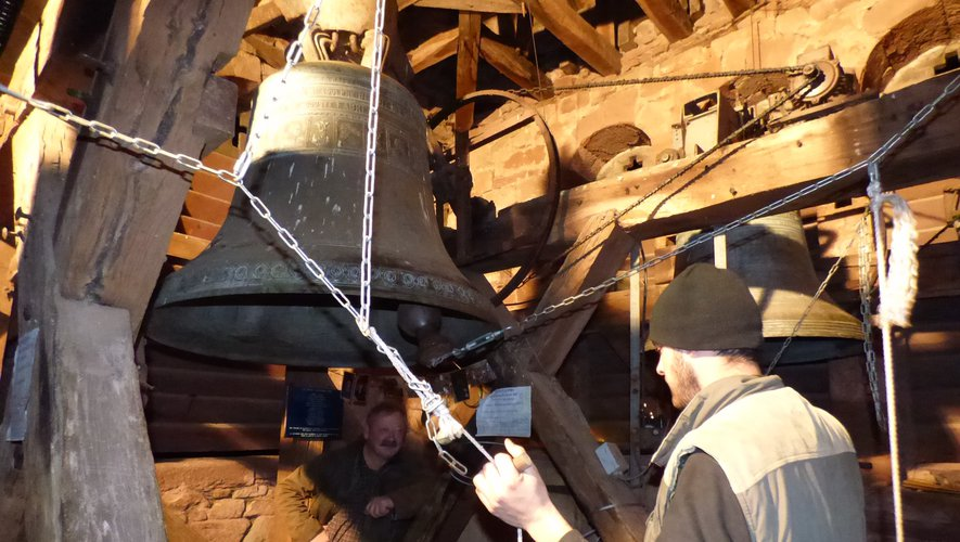 Les carillons de Noël sont actionnés manuellement tout en haut du clocher de Bruéjouls.