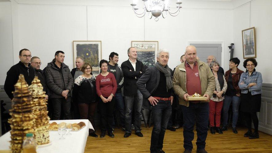 Bernard Vinel recevant des mainsde Michel Soulié son cadeau de départ à la retraite, entouré de l'équipe municipale.