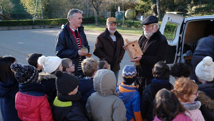 Élèves de l'école Pierre-Alechinsky et élus, réunis pour la pose des nichoirsofferts par le conseil départemental.