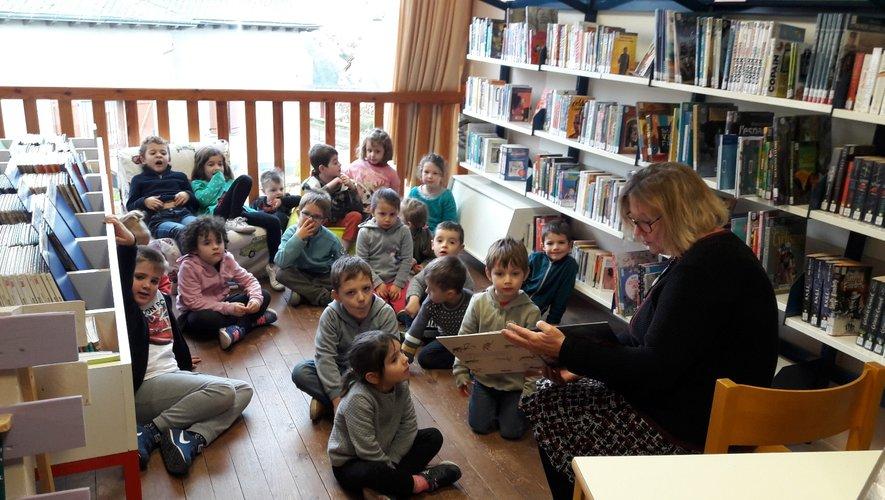 Les petits de la maternelle captivés par l'histoire de Claudine, la lectrice