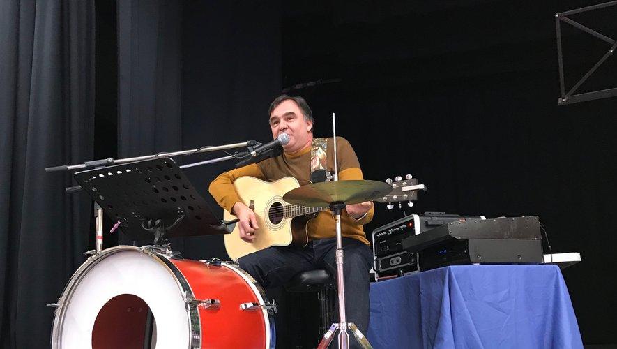 Un guitariste a animé le marché de Noël