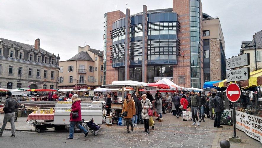 La place Eugène-Raynaldy accueille une partie du marché du samedi jusqu'au 5 janvier.