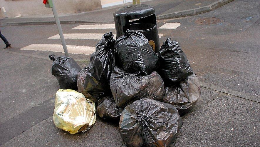 Les fêtes sur le trottoir pour les ordures.