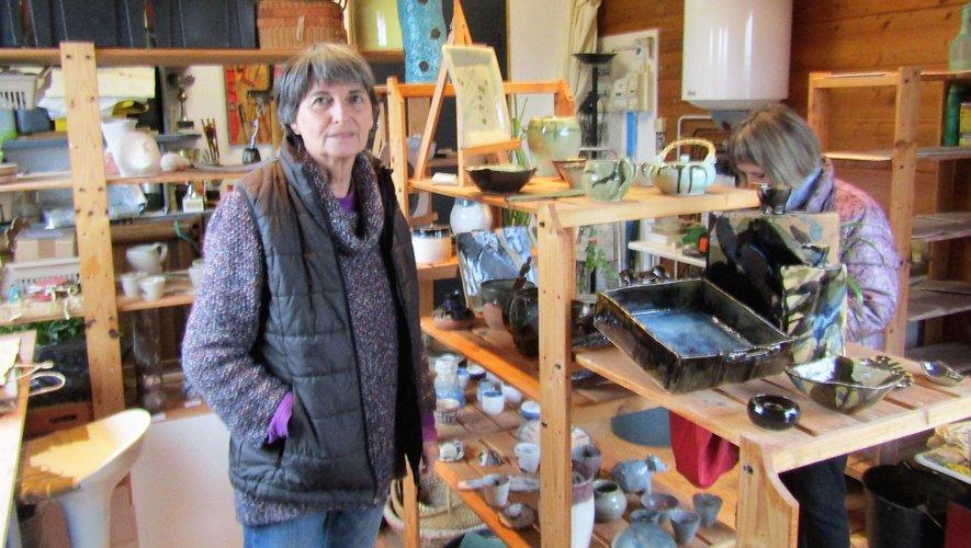 Nadine Garabuau au milieu de toute une panoplie de poteries et de céramiques hautes en couleur.