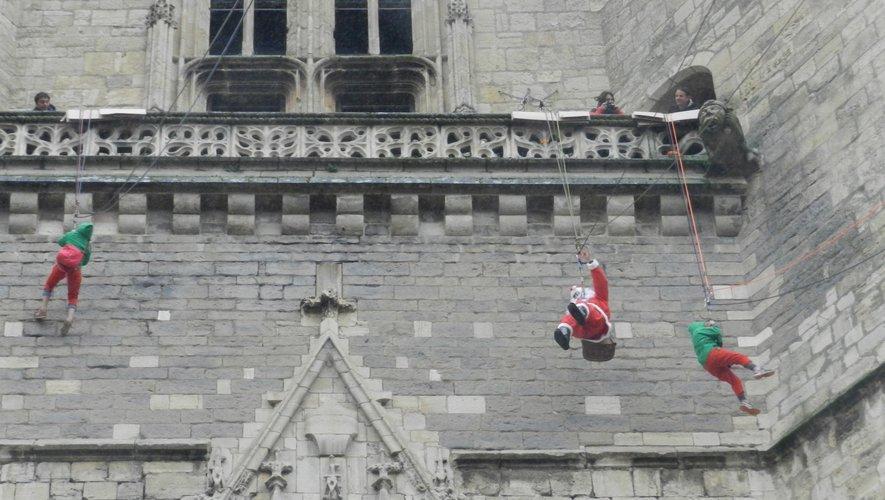 La descente du père Noël et de ses lutins du clocher de la collégialea été suivie avec beaucoup de curiosité par petits et grands masséssur la place Notre-Dame.