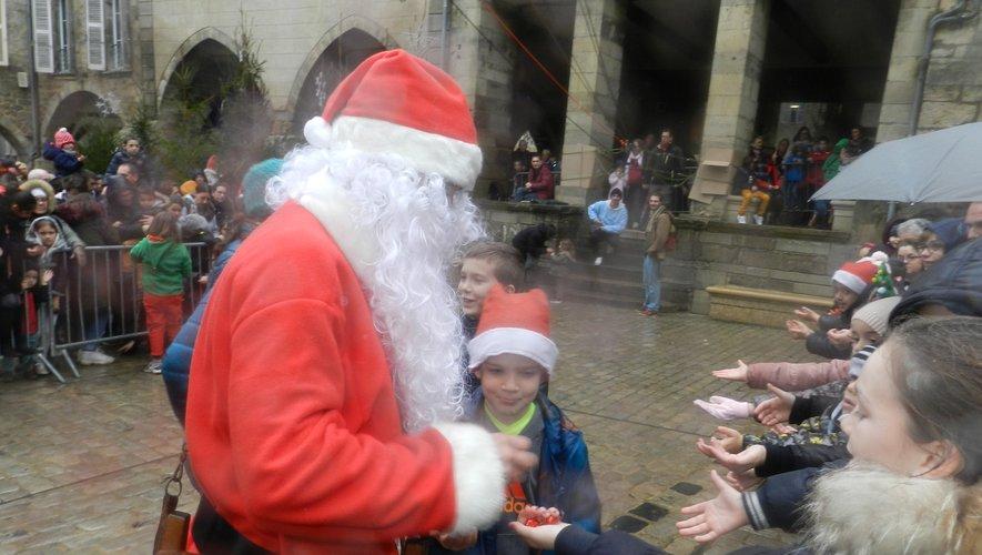 Le père Noël est descendu du clocher de la collégiale