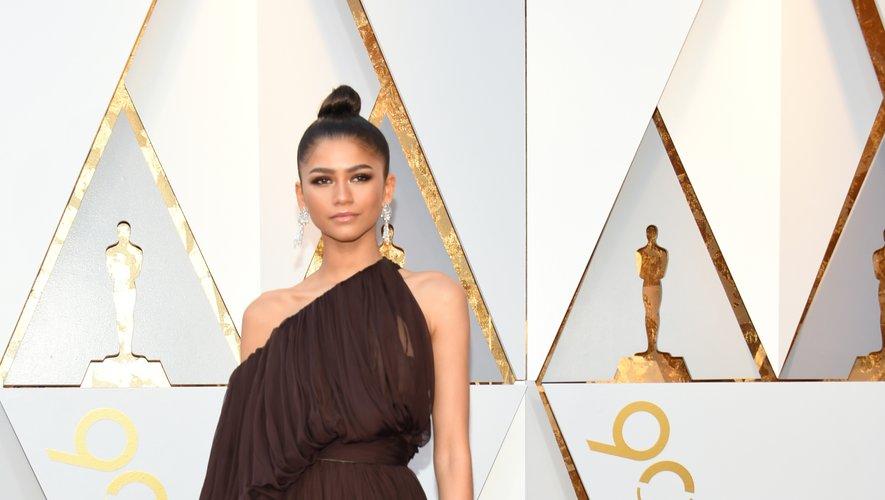 Chic et simplicité font souvent bon ménage et Zendaya l'a bien compris. Aux Oscars, l'actrice a osé le marron, foulant le tapis rouge dans une robe asymétrique plissée signée Giambattista Valli Haute Couture. Hollywood, le 4 mars 2018.