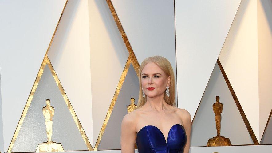 Difficile de faire plus glamour que Nicole Kidman aux Oscars. L'actrice s'est illustrée dans une robe d'un bleu satiné, fendue sur le devant, agrémentée d'un noeud XXL au niveau du ventre. Une création signée Armani Privé. Hollywood, le 4 mars 2018