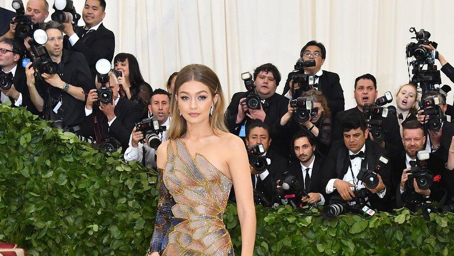 """Placé sous le thème """"Corps célestes : mode et imagerie catholique"""", le Met Gala a été marqué par des tenues extravagantes. Gigi Hadid a misé sur une robe glamour, comme moulée sur sa silhouette, signée Atelier Versace. New York, le 7 mai 2018."""