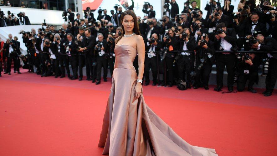 Bella Hadid a opté pour une robe de princesse pour monter les marches du Palais du Festival à Cannes. Rose satiné, la création a été dessinée spécialement par Maria Grazia Chiuri, directrice artistique de la maison Dior. Cannes, le 11 mai 2018.