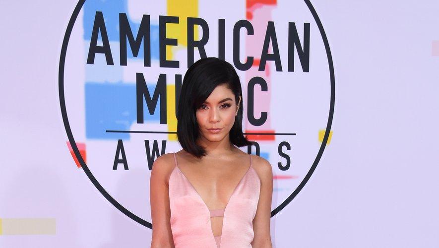 Vanessa Hudgens a choisi le chic et la simplicité d'une longue robe à fines bretelles Cushnie pour émerveiller les photographes présents sur le tapis rouge des American Music Awards. Los Angeles, le 9 octobre 2018.