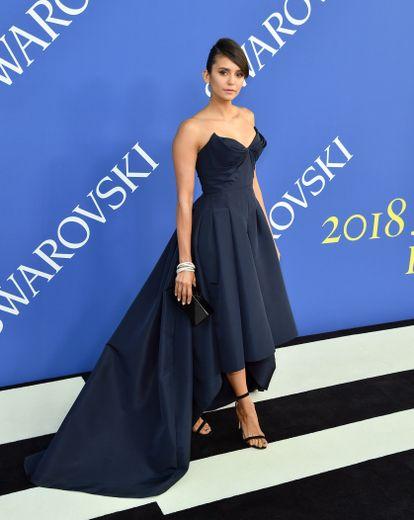 L'actrice Nina Dobrev était ravissante sur le tapis rouge de la cérémonie des CFDA Fashion Awards, portant une robe bustier asymétrique signée Zac Posen. New York, le 4 juin 2018.
