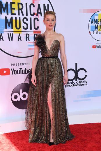 L'actrice Amber Heard brillait de mille feux dans une somptueuse robe bustier scintillante Ralph & Russo pour les American Music Awards. Los Angeles, le 9 octobre 2018.